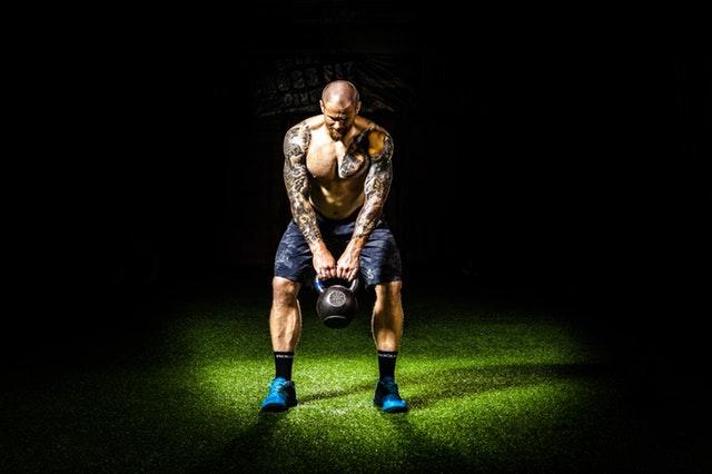 Thuis trainen zonder duur fitnessapparatuur? Train met een kettlebell